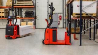 Automatisierte Gabelstapler von Linde Material Handling mit Laser-Steuerungstechnologie.